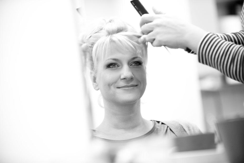 Styling beim Friseur vor der Hochzeit – Hochzeitsfotograf Max Merget in Garmisch, München, Starnberg und Umgebung