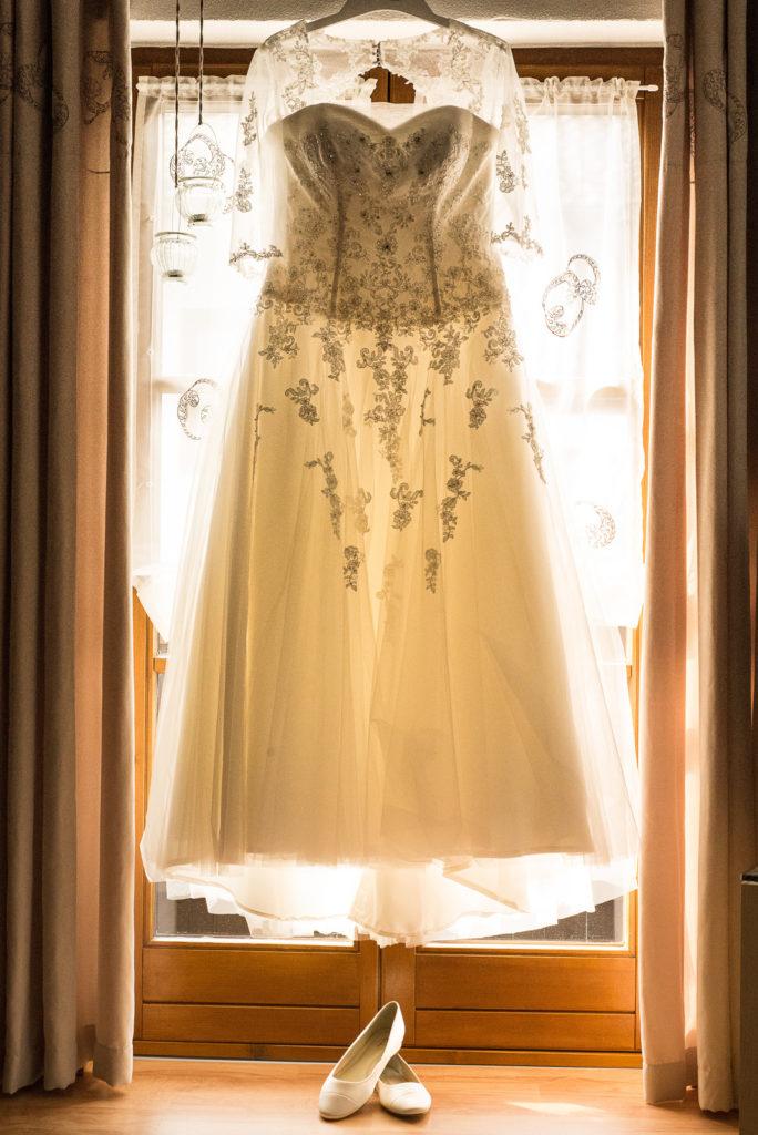 Brautkleid im Gegenlicht beim Getting Ready – Hochzeitsfotograf Max Merget in Garmisch, München, Starnberg und Umgebung